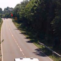 Der Pfeil zeigt auf die Straßenmusikanten mit ihrem Laserstativ. Gemessen wird man aus Richtung Tegernheim kommend.