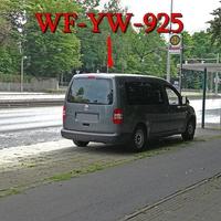 Auf der Wolfenbütteler Straße, stadtauswärts, kurz hinter dem Braunschweig-Kolleg. Bei der Haltestelle Schloss Richmond, rechte Seite auf dem Gehweg geparkter grauer VW Caddy Maxi (WF-YW-925). 50kmh.