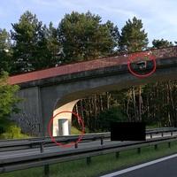Blitzer von hinten und die Blitzmontur an der Brücke