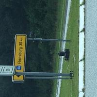 Blitzer an Verkehrsschild / grauer Caddy