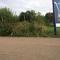 Blitzer steht bei der Verkehrsinsel, stadteinwärts, Höhe REWE unter dem Werbeplakat. Der Messsensor steht direkt vor dem Werbeplakat hinter der Mauer (nicht auf den Bilder zu sehen). Messfahrzeug steht ein Stück weit im Feld, allerdings für aufmerksame Autofahrer zu sehen.