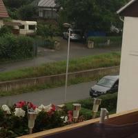 Der graue Caddy blitzt in Richtung Schule fahrende PKW