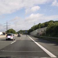 Allein das große Bremsen kündigt sie groß und breit an - die berühmte Anlage am Bielefelder Berg. Wer dann auch noch Schilder lesen kann hat einen enormen strategischen Vorteil :)
