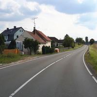 Bildansicht 4: Aus Richtung Gera kommend und in Richtung Großebersdorf/BAB 9/Triptis fahrend, ca. 10m vor der Messstelle. Die Radarsäule befindet sich links der Straße.