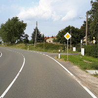 Bildansicht 4: Aus Richtung Triptis/BAB 9/Großebersdorf kommend und in Richtung Gera fahrend, ca. 10m vor der Messstelle. Die Radarsäule befindet sich rechts der Straße.