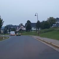 Anfahrt kurz nach dem Ortseingang aus Richtung Pöhla. Die Geschwindigkeit muss hier von 100 auf 50 verringert werden. Rechts der Straße wird seit einiger Zeit ein Wohngebiet mit Einfamilienhäusern bebaut. Auch die Wiese links soll demnächst als Baugebiet ausgewiesen werden.