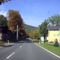 Anfahrt in Richtung Schwarzenberg. Die Straße ist etwas abschüssig, angenehm breit und schön gerade.