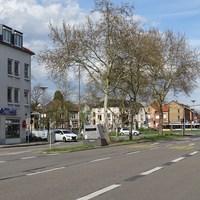 """Vitronic Enforcement Trailer (""""Blitzer-Anhänger"""") in Höhe der 'Süd'-Apotheke (Hausnummer 72) mittig auf Verkehrs-Insel postiert. Gemessen wird der Verkehr in Fahrtrichtung B38/Weinheimer Strasse. 50km/h erlaubt. LASER"""