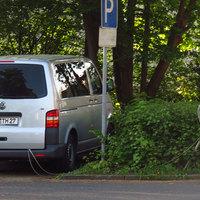 Der abseits gepakrte VW T 5 mit komplettem Messaufbau von hinten