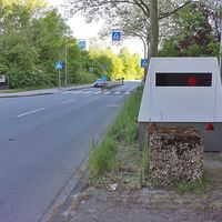 Blitzer auf dem Stralsunder Ring, Richtung Mörse, kurz vor dem Zebrastreifen, auf der rechten Seite abgestellter Blitzeranhänger. 30 kmh.
