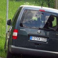 Nahansicht des grau-blauen VW Caddy (FO-CK 132, Multanova-Radar, dessen Antenne mit einem Tuch zugedeckt war).