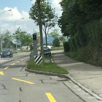 Viel zu nah an der 60er-Zone zum Ende/Anfang der Wohnstrasse platziert. Für Ortsunkundige sehr perfide Stelle, da man hier schnell mal mit unbedenklichen 45+ unterwegs ist. Die Gemeinde Köniz hat sinnvolle Geschwindigkeitsmessstellen, diese gehört allerdings nicht dazu.
