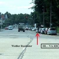 """Anfahransicht auf der Travemünder Allee unter der """"Sandberg-Brücke"""" hindurch stadteinwärts als letztes Kfz vor der Bushaltestelle """" Burgtorfriedhof """" der weiße Roomster HL VA 328 zu erkennen..."""