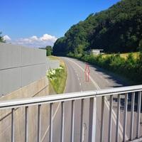 Mobiler Radar Kehrsatz Umfahrungsstrasse -> Belp Fahrzeug steht auf Kirchackerweg (hinter der Hecke)