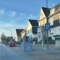 Semistationärer Blitzer Anhänger steht Höhe Haus Nr. 26 und blitzt nur in  Richtung Schönböcken von der Fackenburger Allee kommend.