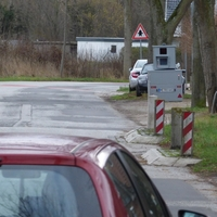 In Fahrtrichtung Lübeck wird in Hoehe Landstrasse 54 gemessen und geblitzt. In der gesamten kurvenreichen Ortsdurchfahrt gilt Tempo 30 Km/h !!!