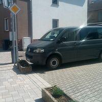 Versteckt auf einem privaten Parkplatz. Eine Kamera wurde auch hinter einer Mülltonne versteckt. Geblitzt wird in beide richtungen