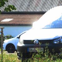 Nahaufnahme des seitlich gut versteckten silbernen VW Caddy SW-GL 896