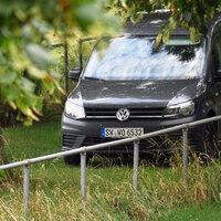 Der sehr weit abseits geparkte Messwagen: grauer VW Caddy SW-WO 6532. Die Verbindung zum Stativ erfolgt per WLAN.