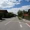 Kreuzung und Fußgängerüberweg mitten in Ort ist grund genug um potenziele Raser durch teilstationere messanlage abzuschrecken.