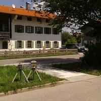 Ruckwartsansicht auf Kamera und Blitz fur fahrende richtung Westen/B318/Bahnhof