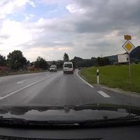 Geschwindigkeitsmessung mit dem silbernen VW Caddy in Fahrtrichtung Bichl.