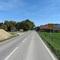 Einfahrt von Holzkirchen bzw Otterfing kommend vorher gilt tempo 100.In hintergrund ein kreuzung.