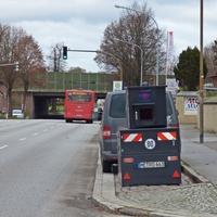 Gut getarnt hinter dunklem VW-Bus, stadtauswärts RTG Stockelsdorf / Ahrensbök ...
