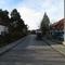 Anfahrtansicht aus Kardinal Wendel Strasse  (und Friedhof/Waldramer Schule) in richtung B11 /Orsteilausfahrt. Es handelt sich hier auch um eine Schulweg