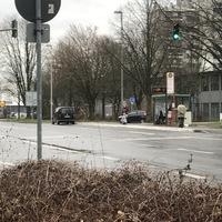 Schwarzer VW Caddy in Bushaltestelle geparkt