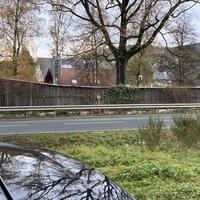 Gemessen wurde auf Höhe der Feuerwehrzufahrt in Netphen. Die Kontrolle erfolgte beidseitig, Messwagen war ein grauer VW T5.