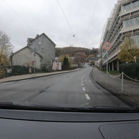 Kontrolliert wurde auf Höhe des Berufskollegs AHS in Siegen. Die Bilder zeigen die Anfahrt in FR Achenbach. Messwagen war ein grauer T5. Der Messbeamte war hier schon mit dem Abbau beschäftigt.