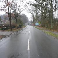 Steht in der Ortsdurchfahrt Etzen in einer Grundstückseinfahrt. Blitzt in beide Richtungen. HG 50km/h.