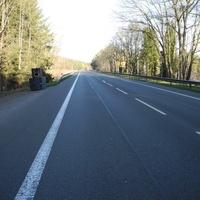 Steht an einer Einfahrt an der B4 in Höhe Bienenbüttel in einer 70km/h Zone und blitzt beidseitig.