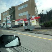 Semistationärer Blitzer (Anhänger). Gleich neben der grossen LED Werbetafel in Fahrtrichtung Bazenheid. Gegenüber der Shel/Migrolino Tankstelle.