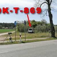 Blitzer am OE B71 Cheine, aus Uelzen kommend, in Fahrtrichtung Salzwedel. Ca 150 m nach dem OE rechts hinter einem Baum aufgebaute ESO 3.0 Anlage. In Fahrtrichtung schwer zu sehen. 50 kmh. Der weiße Messbully VW T5 stand rechts hinter einer Hecke am Feldweg. Bei meinen Handyfotos wurde man hieraus sogar schon aus der Distanz bepöbelt. Eventuell sollte sich dieser Beamte des Polizeirevieres Altmarkkreis Salzwedel, mal damit beschäftigen sich einen anderen Beruf zu suchen, so einem die Begegnungen mit Menschen ziemlich schwer fallen. Unhöflicher geht es auch gar nicht mehr!