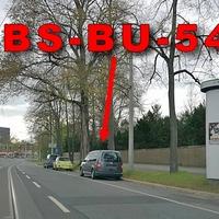 Dunkelgrauer VW Caddy Maxi (BS-BU-549), nach dem Hauptfriedhof ,stadteinwärts. Auf der rechten Seite auf dem Parkstreifen. 50 kmh.
