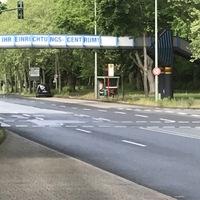Caddy der Stadt Leverkusen in Haltebucht der Bushaltestelle. Fahrtrichtung Westen (Bayerwerk)