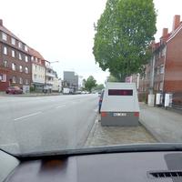 Blitzer Anhänger  HWI  VE 83 steht seit Heute in Fahrtrichtung zur Fackenburger Allee in der Schönböckenerstrasse Haus Nr. 11b + 13 in deren Einfahrtbereich...