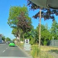 Bergisch-Gladbacher-Straße in Köln-Dellbrück vor der Kaserne / Hauptzollamt.  Beide Richtungen, 30 km/h.