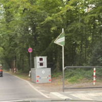 Semistation, durchgehend seit 03.06., beide Richtungen. An der Bushaltestelle zwischen zwei Kurven! 30 km/h