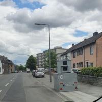 Sinnersdorfer Straße 85, 50769 Köln-Roggendorf/Thenhoven. Semistation K-LN 1306, durchgehend seit 04.06., beide Richtungen. 30 km/h