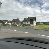 Kurz hinter dem Ortseingang Hainchen, aus Werthenbach kommend. Hier eine Gesamtübersicht.