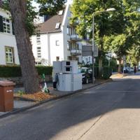 Decksteiner Straße, 50935 Köln Lindenthal, vor Hausnummer 6 (kurz vor der Ampel Dürener Straße). Semistation, seit 30.07., 3o Km/h, beide Richtungen.
