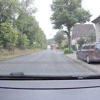 Auf der Weißtalstraße in Niederdielfen, FR Siegen. Kurz hinter der Kirche aus einem roten Opel Astra.