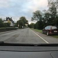 Auf der Oberdielfener Straße, FR Siegen. Kurz vor dem Friedhof aus einem roten Astra.