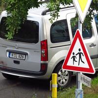 """Der in der Straße """"Am Marsberg"""" abseits und nicht sichtbare geparkte Messwagen. Aus ihm wird normalerweise gemessen, wenn nicht auf Stativ aufgebaut wird."""