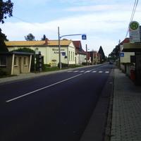 Von Senftenberg kommend, Ortsmitte, Bushaltestelle, linke Seite.