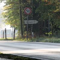 Auf dem Parkplatz rechts vom Heidehaus 89 steht der Polizeibulli.Ab hier ist Tempo 50.