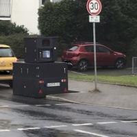 Teilstationärer Anhänger der Stadt Leverkusen, blitzt in beide Richtungen.